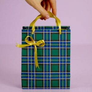 use custom ribbon rolls to make a classic gift bow for your dad on Father's Day